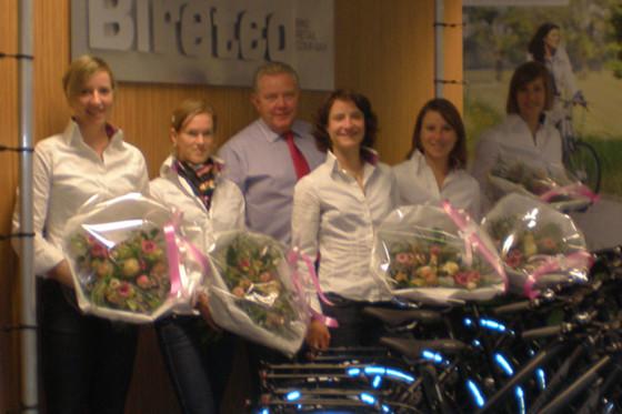 Biretco reikt fietsen uit aan wielerploeg Marianne Vos