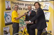 Minister Eurlings laat fiets checken