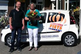 Winnaar Nationale Fietsloterij bij Fietscity Hannink krijgt Peugeot 107