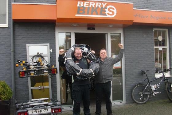 Patrick Koolen van Berry Bikes winnaar bandenwisselwedstrijd CST en Louis Verwimp