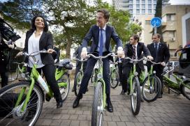Premier Rutte promoot fiets in Israël