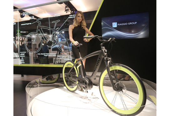Piaggio (Vespa) stapt in elektrische fietsen
