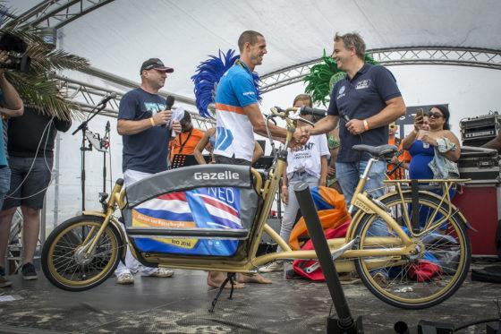 Dorian van Rijsselberghe krijgt gouden bakfiets van Gazelle