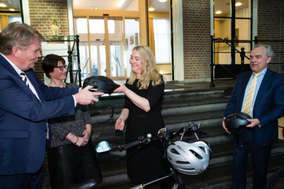 Schultz overhandigt nieuwe speed pedelec helm aan Fietsersbond