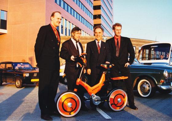De Fiets van de Toekomst werd in 1994 gepresenteerd bij het Kantoor van de Toekomst. Op de foto (vlnr): Bart Bluemink, Chriet Titulaer, Hans Wezenaar en Jorrit Schoonhoven. Foto Batavus