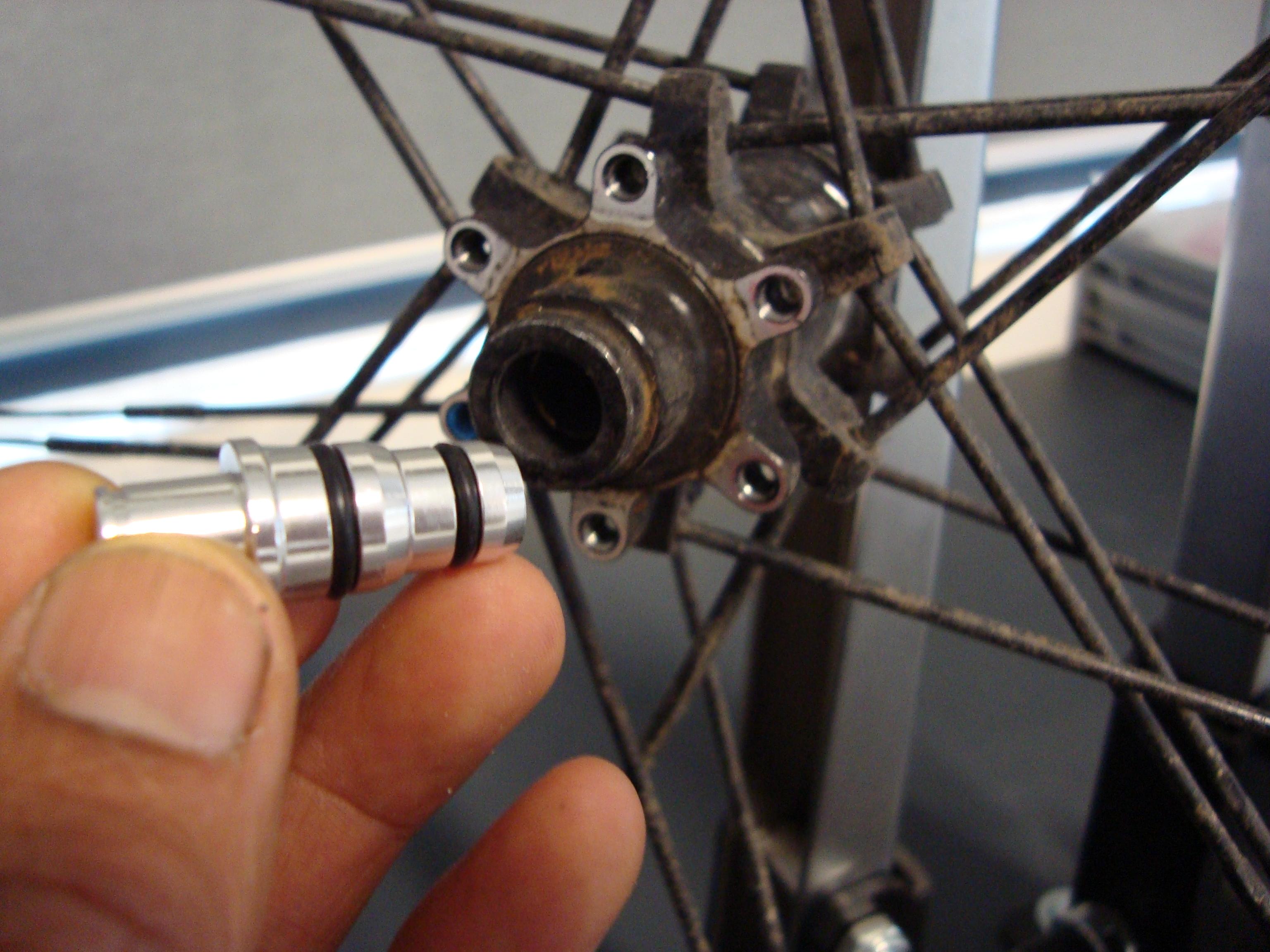 Wielrichtbok adapter: handig plugje waardoor een wiel met steekas gewoon weer in de klassieke wiel richtbok past.