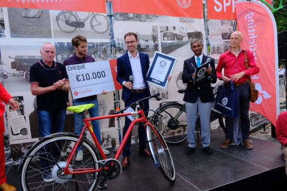 Marco Kalden met de oorkonde en rechts naast hem het jurylid van Guinnes World Record. Een vertegenwoordiger van de Hartstichting ontving van Sparta een cheque van € 10.000,-. Foto Sparta