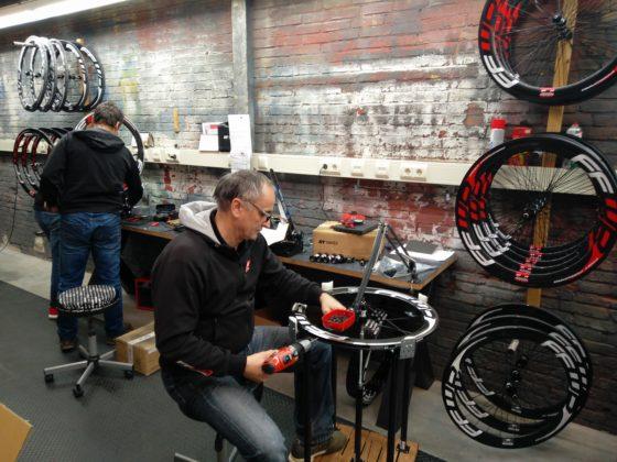 Een belangrijke USP van FFWD is immers dat alle gespaakte wielen met de hand worden gespaakt in Zwolle. Foto redactie Tweewieler