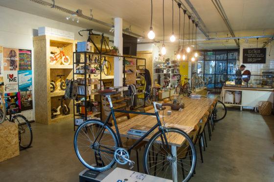 De fietsenzaak van Ralf Verheul en Rob van Uden samen in één gebouw met een bakkerij en een lunchroom.