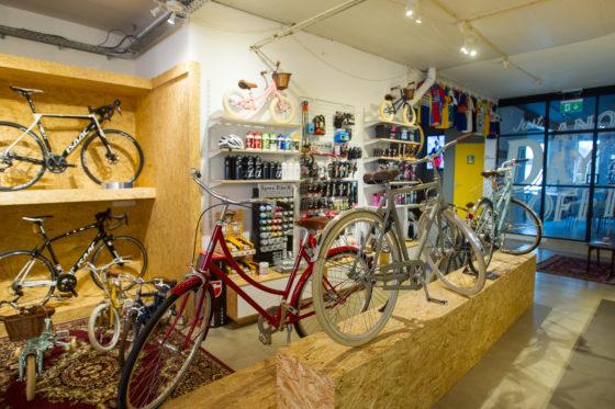 Kamu heeft zo'n 15 fietsen in de winkel van diverse merken als Creme, Early Rider, Tokyobike, Pelago, Kona en Isaac. Verder worden er veel fietsen in het lagere prijssegment rond €400 van Union verkocht.