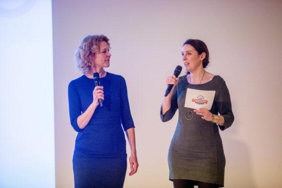 Presentatrice Marijn de Vries (rechts) interviewt hoofdredacteur Annemarie Visser van Tweewieler. Foto Herbert Wiggerman