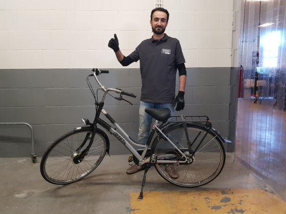 De leerling-fietstechnici zijn trots op hun  werk.