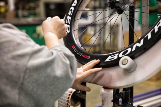 De nieuwe carbon wielen van Bontrager zijn, net als voorheen, handgemaakt.