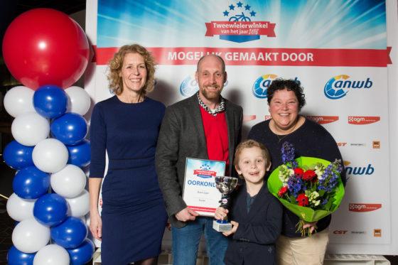 De familie Meinsma met hoofdredacteur Annemarie Visser vorig jaar bij de uitreiking.  Foto Herbert Wiggerman