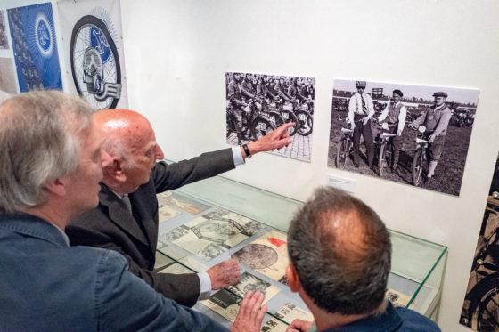 Het oudste nog levende familielid, Jaap Schakel, (94 jaar en zoon van de oprichter Dirk Schakel), bewondert de tentoonstelling. Foto vereniging De Oude Fiets