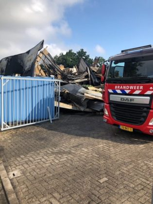 Puinruimen bij Stella Fietsen in Nunspeet na de grote brand in een opslagloods op 11 juli 2018.