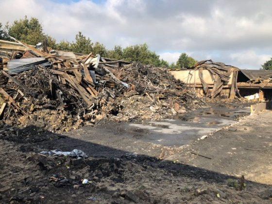 De resten van de opslag van Stella Fietsen in Nunspeet. Het pand is volledig verloren gegaan.
