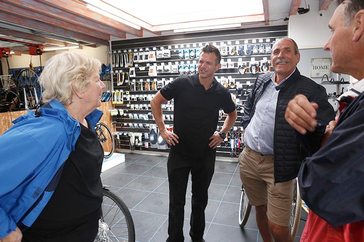 Persoonlijke aandacht is voor Edwin van den Brink essentieel. Hij kent bijna al zijn klanten bij naam, weet precies welke fiets(en) ze hebben en hoe ze hun fiets(en) gebruiken. Zo kan hij de serviceverwachtingen exact managen.