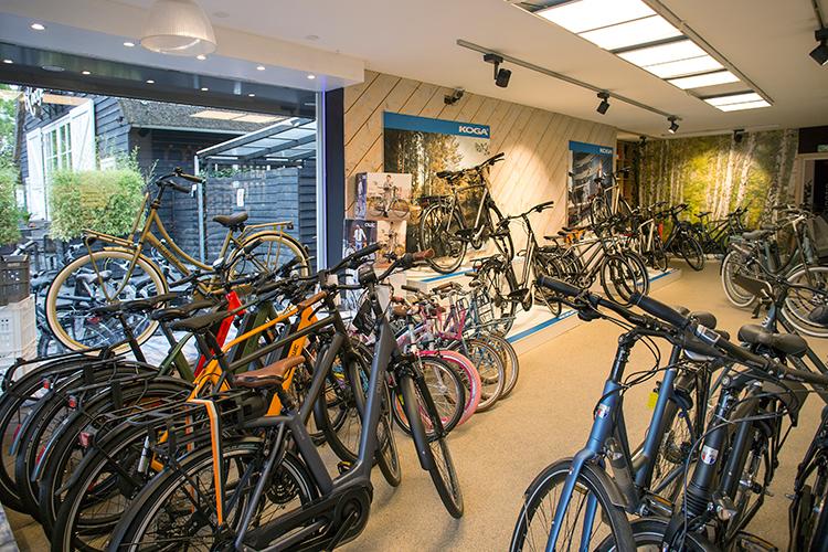 Slechts 80 vierkante meter telt de showroom van Qbike. De krappe ruimte dwingt Edwin om keuzes te maken in zijn assortiment.