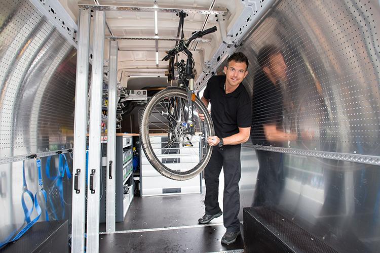 """Service in optima forma: bij de klanten met duurdere fietsen komt Edwin met zijn servicebus aan huis om het onderhoud te verrichten. """"Deze klanten zetten de fiets niet achterop de auto om hem naar de fietsenmaker te brengen."""""""