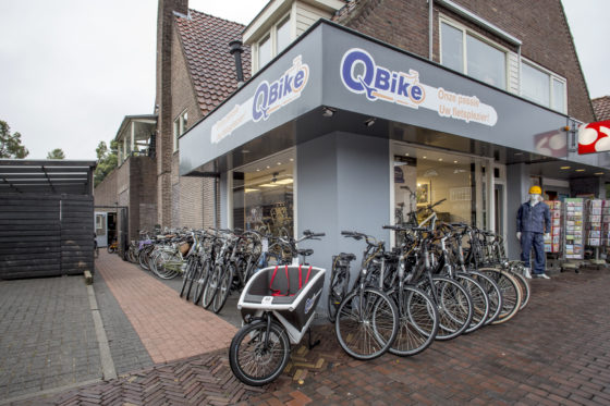 Ruimtegebrek maakt dat een groot deel van de nieuwe en gebruikte fietsen buiten voor het pand staat uitgestald. Lekker opvallend, maar wel de garantie voor twee keer per dag een berg extra werk…