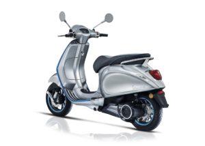 De verkoop van de elektrische Vespa Elettrica e-scooter is gestart. Klanten kunnen online een exemplaar reserveren. Vanaf november, tegelijk met de EICMA-motorbeurs 2018 in Milaan, wordt de Vespa Elettrica op grote schaal via het Piaggio-dealernetwerk op de markt gebracht.