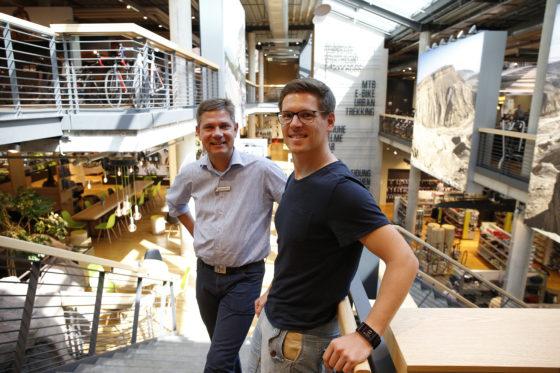 """Storemanager Werner Groβ-Weege (l) en verantwoordelijke op het gebied van internationale handel Thomas Hetzert: """"Onze winkel en webshop sluiten naadloos op elkaar aan; qua beleving, producten én prijzen."""""""