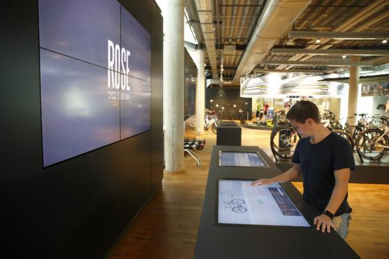 Met de grote touchscreen-schermen in de winkel kan de klant de fiets van zijn dromen samenstellen, maar ook een thuis gemaakt configuratie ophalen en samen met de verkoper doorlopen. Elke aangebrachte wijziging wordt direct weergegeven in de afbeelding van de fiets en de prijs.
