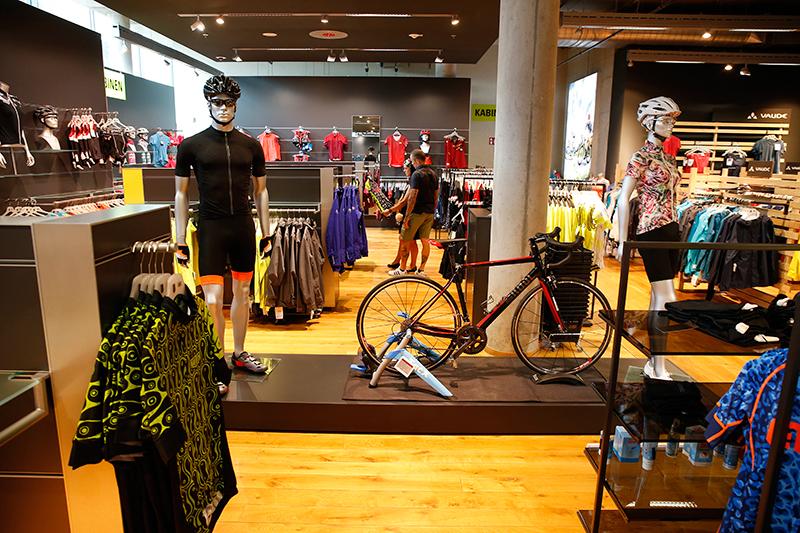 Het assortiment kleding is enorm. De connectie met de fiets is altijd aanwezig. Op deze afdeling zorgt deze racer op een Tacx daarvoor.