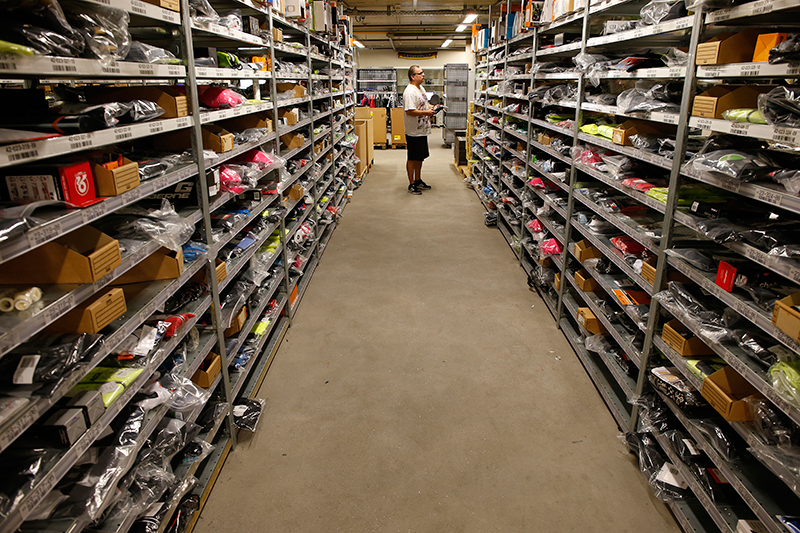 Het gehele gebouw is onderkelderd. Deze 2.000 vierkante meter is ingericht als winkelmagazijn. Van alle producten die in de winkel liggen, liggen hier ook enkele stuks. Zo wordt voorkomen dat op zaterdag – wanneer het grote magazijn is gesloten – nee moet worden verkocht.