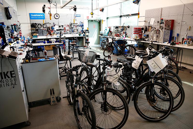 In de servicewerkplaats worden uitsluitend herstelwerkzaamheden uitgevoerd. Het afmonteren van fietsen gebeurt in de grote werkplaats elders in Bocholt.
