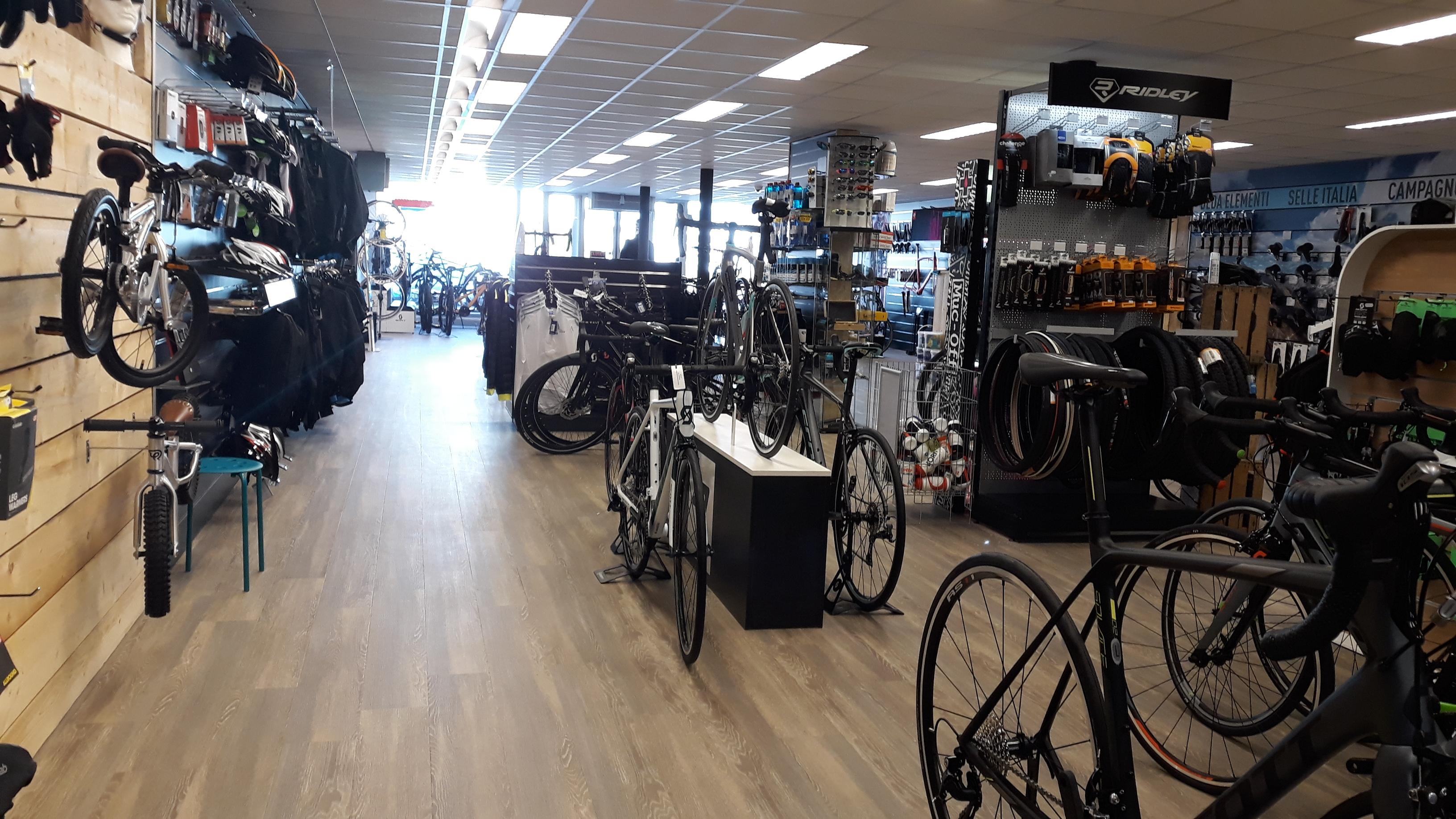 Bezig zijn met de koers is het onderscheidend vermogen van Jansen Wielerport. De winkel is 3 avonden per week open om echt aandacht en tijd aan de klant te kunnen geven.