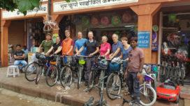 VIDEO Alternatief personeelsuitje: fietstocht door India