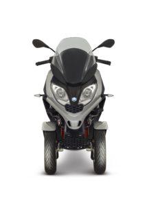 Piaggo breidt het MP3 modelprogramma van driewielige motorscooters die met het autorijbewijs gereden mogen worden, uit met een nieuwe, lichtere en nog wendbaardere variant. Op de EICMA in Milaan beleeft de compacte en sportieve Piaggio MP3 300 hpe zijn wereldpremière.