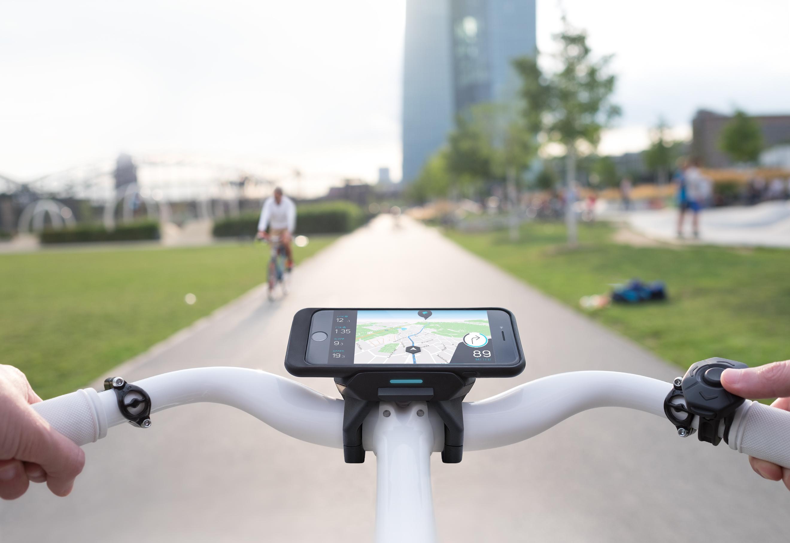 Het Cobi.Bike systeem verbindt fietsers tijdens het rijden met vrienden, maakt het mogelijk muziekapps zoals Spotify te bedienen, biedt een koppeling met gespecialiseerde appservices zoals komoot of Strava en integreert bluetooth fitnesssensoren of hoofdtelefoons.