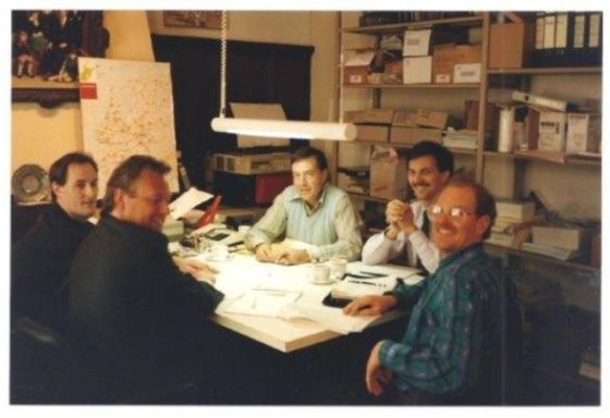 John van Herwerden (uiterst links) en Mike Sinyard (uiterst rechts) tijdens de oprichting van Specialized Benelux in 1989.