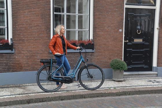 De nieuwe Dutch ID City Evo+ A8 met E6100 middenmotor en Deore schijfremmen in de kleur Ocean Blue.