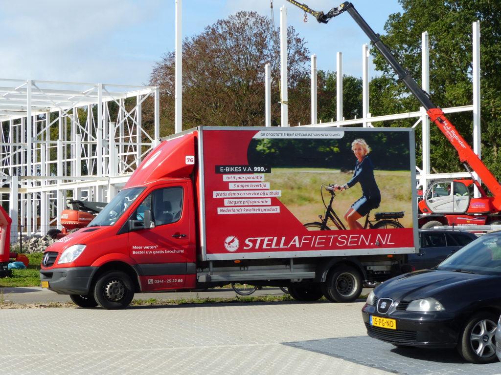 Voor de verkoop van e-bikes heeft Stella meer dan honderd bestelwagens op de weg. Die bezoeken de klanten thuis. Daarnaast heeft het bedrijf inmiddels zo'n veertig winkels in ons land.