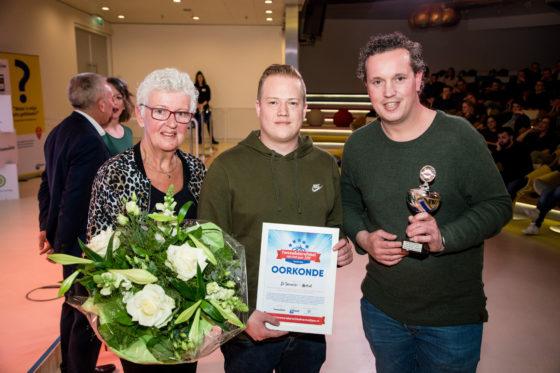 De award voor de themavraag over het promoten van het vak fietstechnicus onder jongeren ging naar De Tweewieler in Udenhout. Foto Herbert Wiggerman