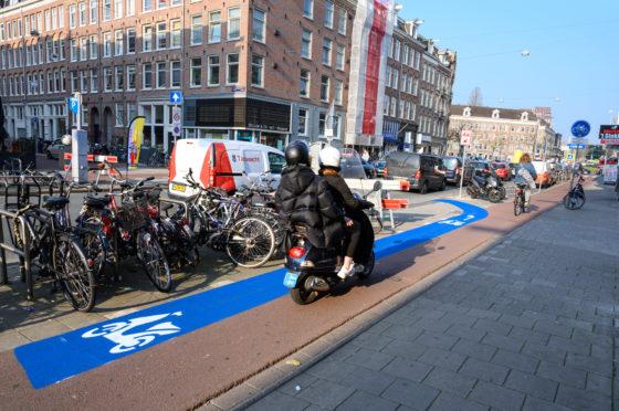 Door de actuele perikelen rond helmdraagplicht en de verhuizing naar de rijbaan in Amsterdam lijkt bij de koper de onzekerheid toe te nemen over de toekomstige maatregelen met betrekking tot de snorfiets. Foto Richard Mouw