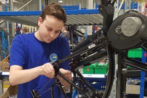 Bedrijfsschool Gazelle leidt fietstechnici op en garandeert hen een baan