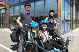 Gezin fietst op Babboe Slim Mountain door 5 landen