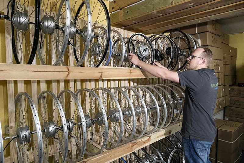 Bij de ombouw naar een voorwielmotor krijgt de klant een nieuw wiel met motor geleverd. Met de bestaande velg worden gebruikt? Dan wordt deze speciaal gespaakt.