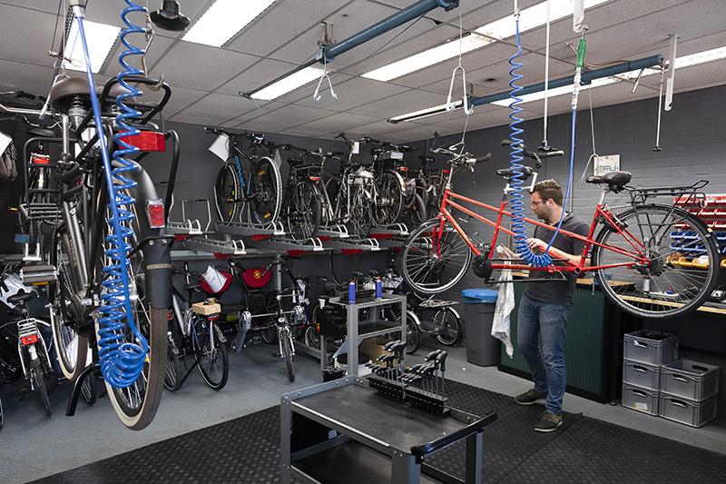 In de werkplaats worden fietsen onderhouden, afleverklaar gemaakt en omgebouwd. Regelmatig is het schipperen met de ruimte.