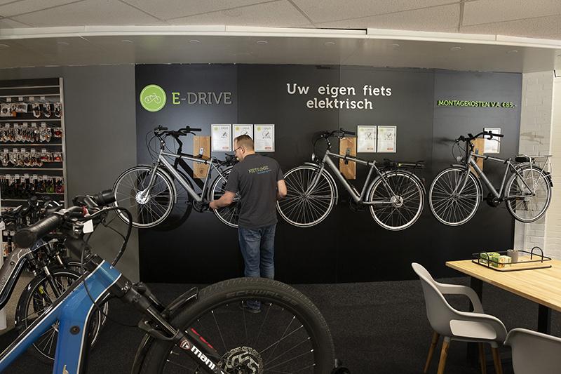 Een hoekje van de winkel is ingeruimd voor het E-bike opbouwsysteem van Fietsunie. Hier worden de drie concepten compleet gepresenteerd.